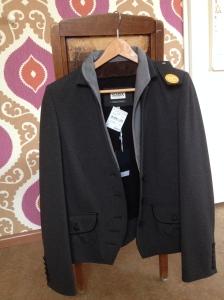 Best wel gaaf jasje van tricot, antraciet met lichtgrijze revers. Licht klassieke stijl.