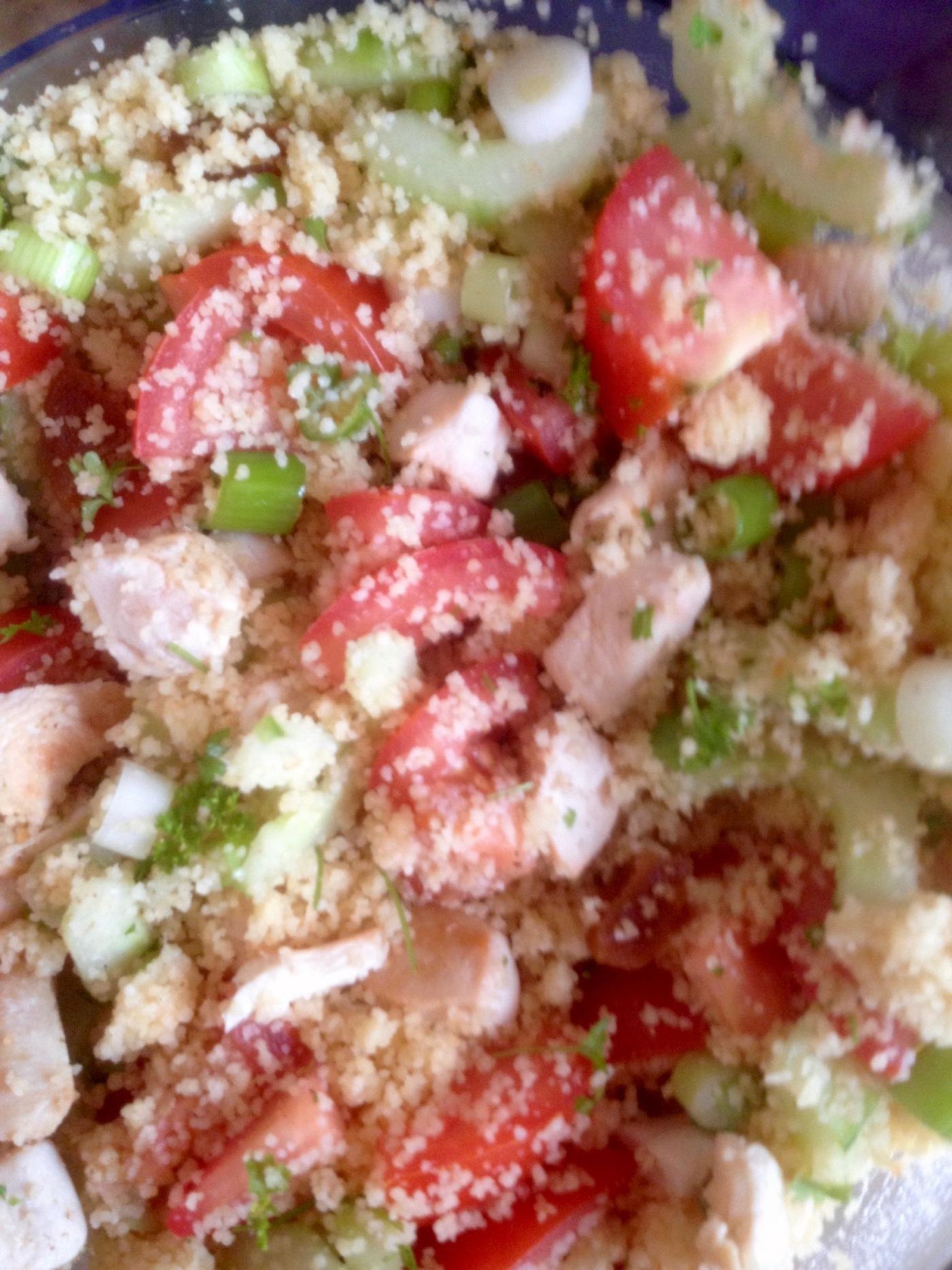 maaltijdsalade van couscous en kipfilet